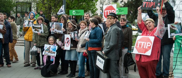 Civilek a TTIP tárgyalási mandátum visszavonását kérik Orbán Viktortól